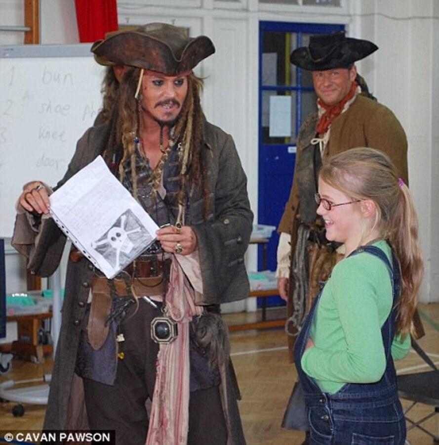 Джонни Депп нанес неожиданный визит в начальную школу в образе капитана Джека Воробья