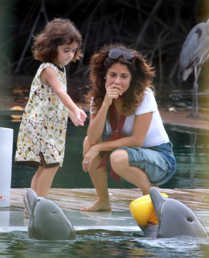 Сальма Хайек с дочерью в Океанариуме