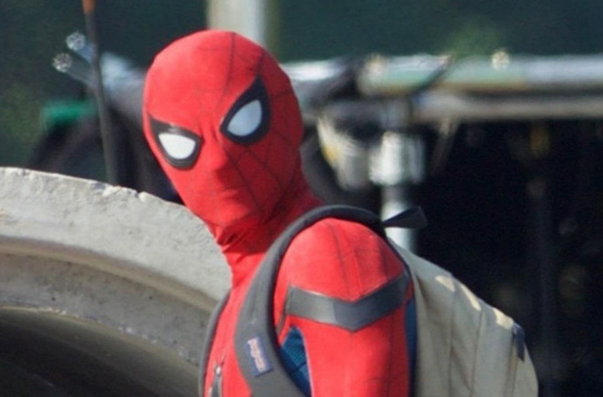 Том Холлэнд в костюме Человека-паука и шлепанцах на съемках «Возвращения домой»