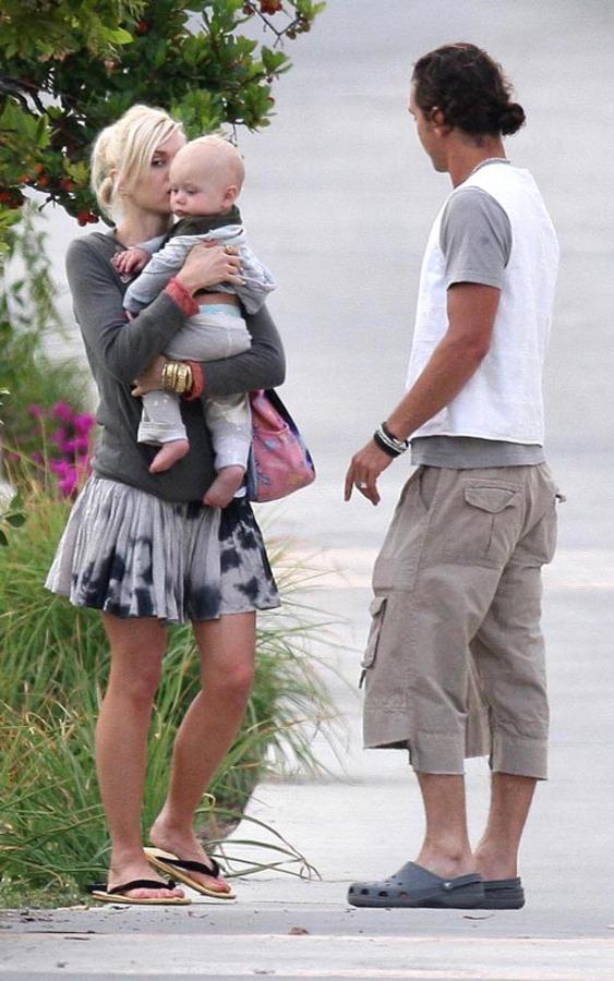 Гвен Стефани гуляет с мужем и детьми