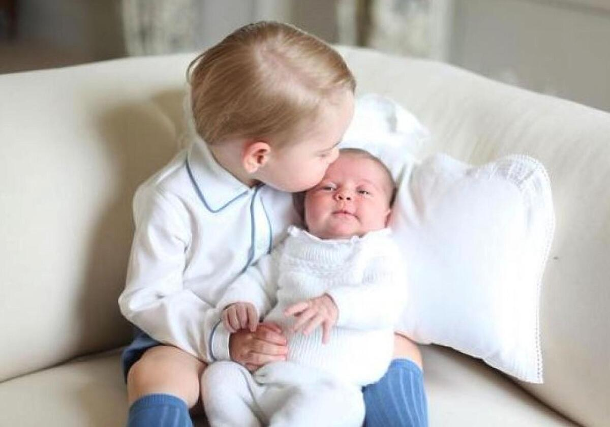 Принц Джордж и принцесса Шарлотта: первая совместная фотосессия британских наследников