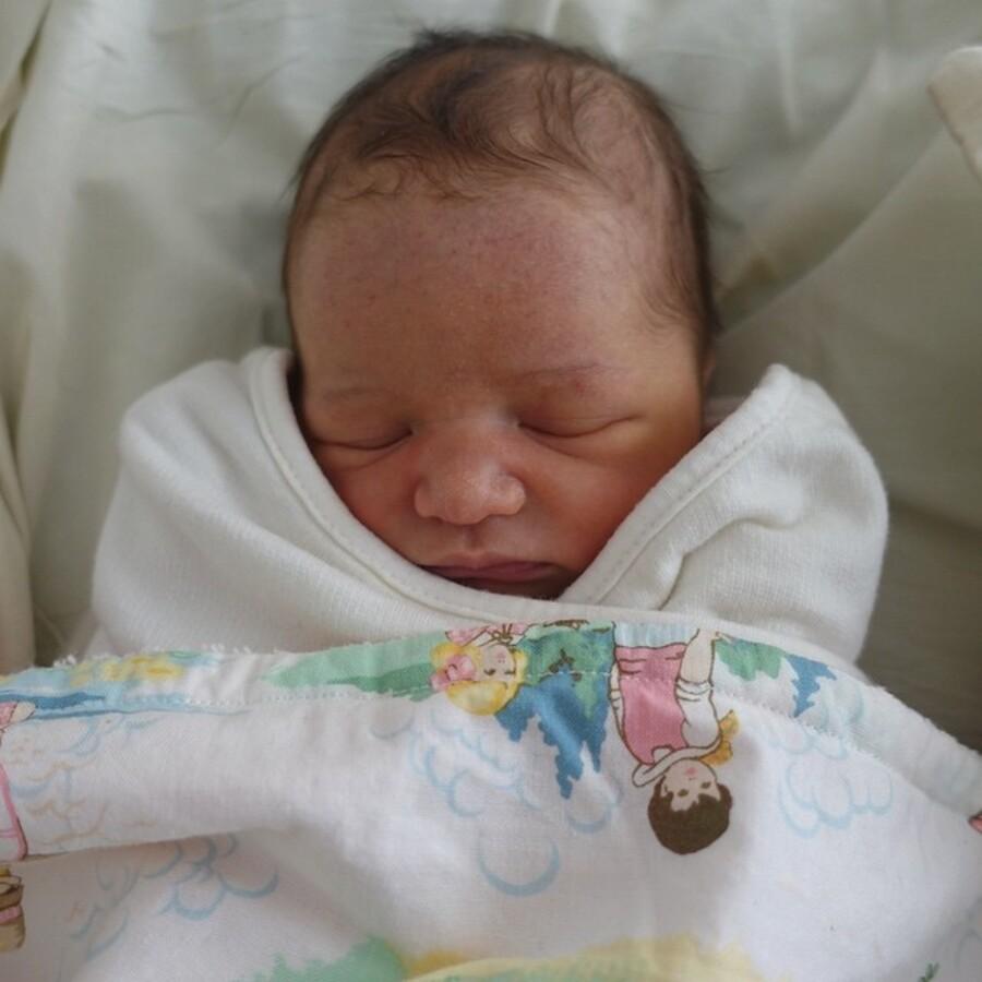 Мила Йовович показала фото новорожденной дочери Дашиэль