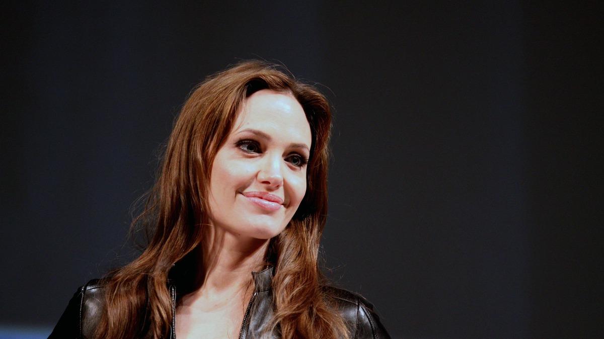 «Торгует детьми»: психолог объяснил стремление Джоли отвоевать у Питта детей