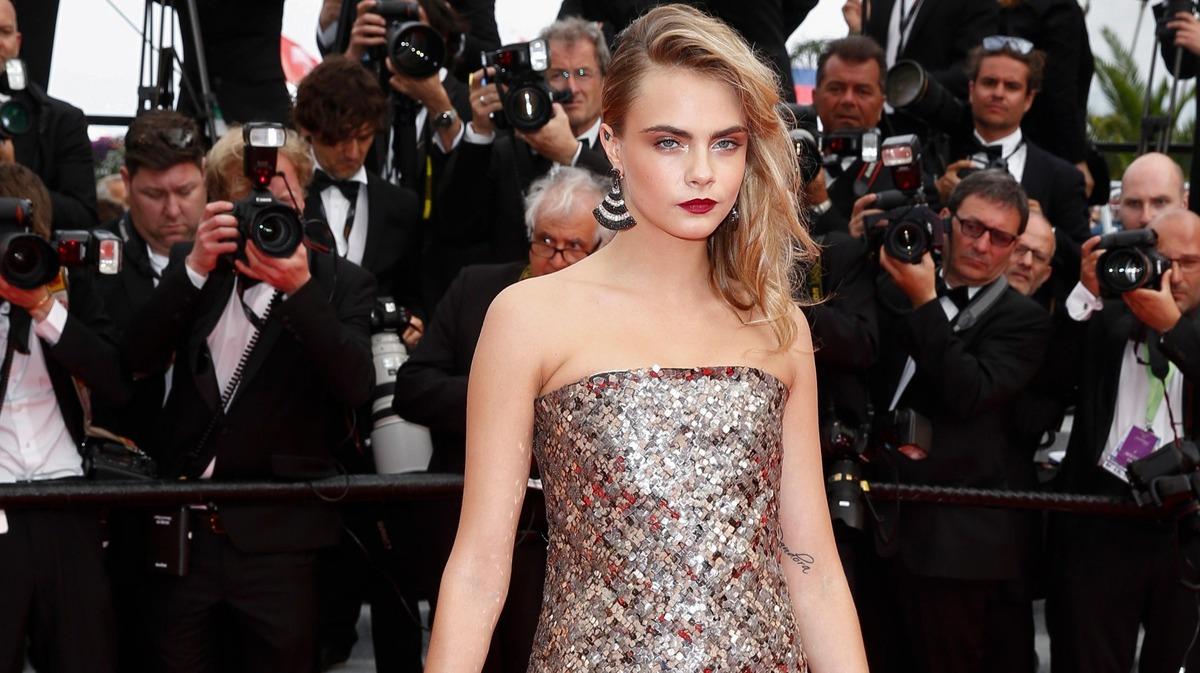 Пиджак на голое тело и «мифические» принты: сексапильная Делевинь, яркая Честейн и другие на показе Dior