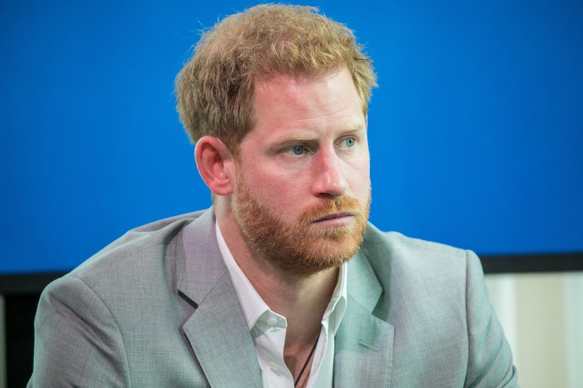 «Носит хвостик»: сосед принца Гарри рассказал о его новом имидже