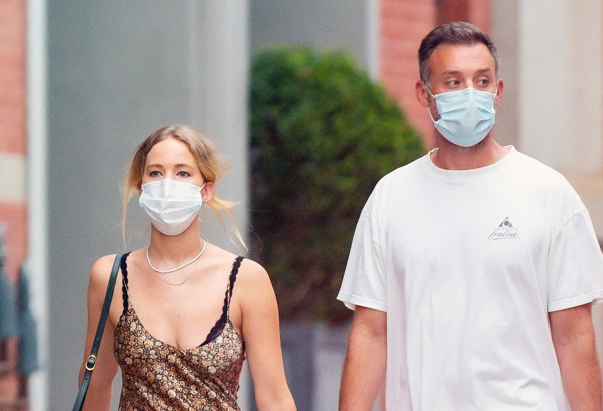 Фото: Дженнифер Лоуренс с мужем впервые за полгода вышла в свет