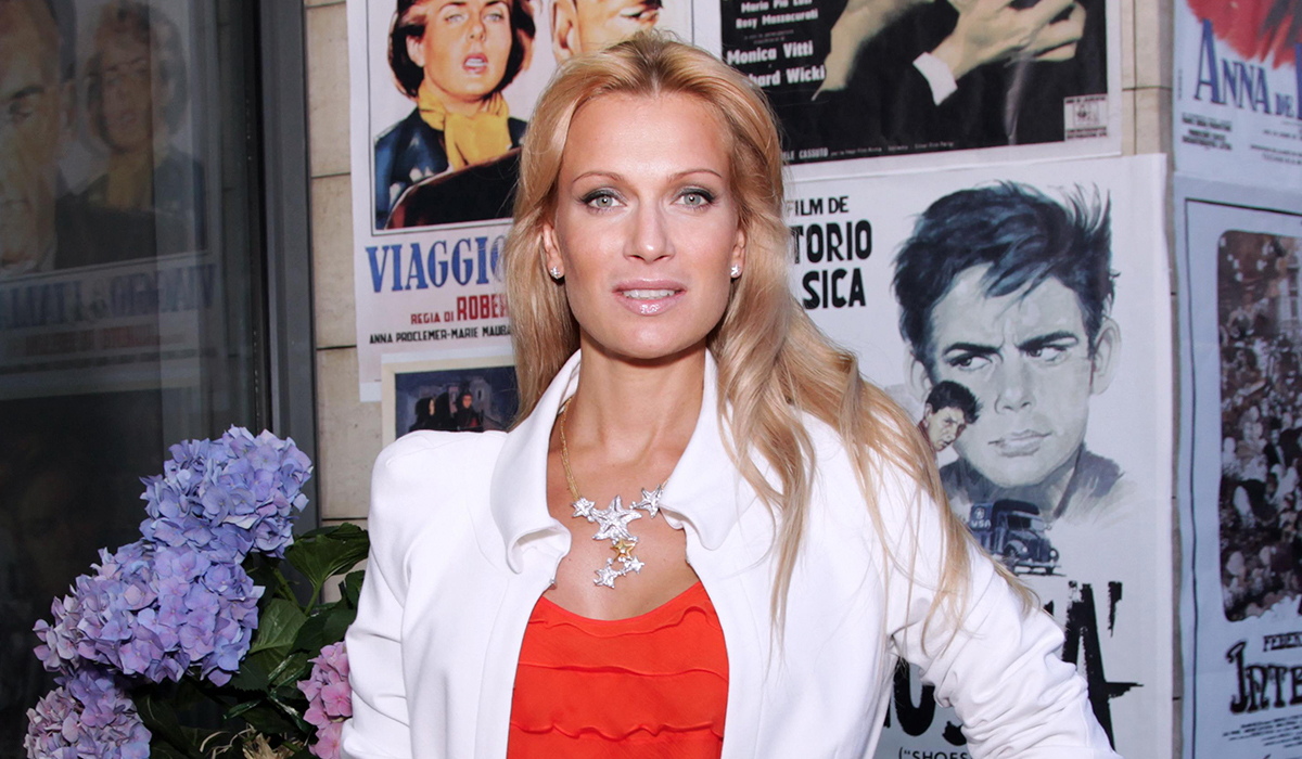 «Предупреждать надо»: 46-летняя Олеся Судзиловская подразнила фанатов глубоким декольте