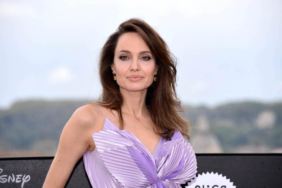 Анджелину Джоли возмутил расизм в медицине после операции ее дочери
