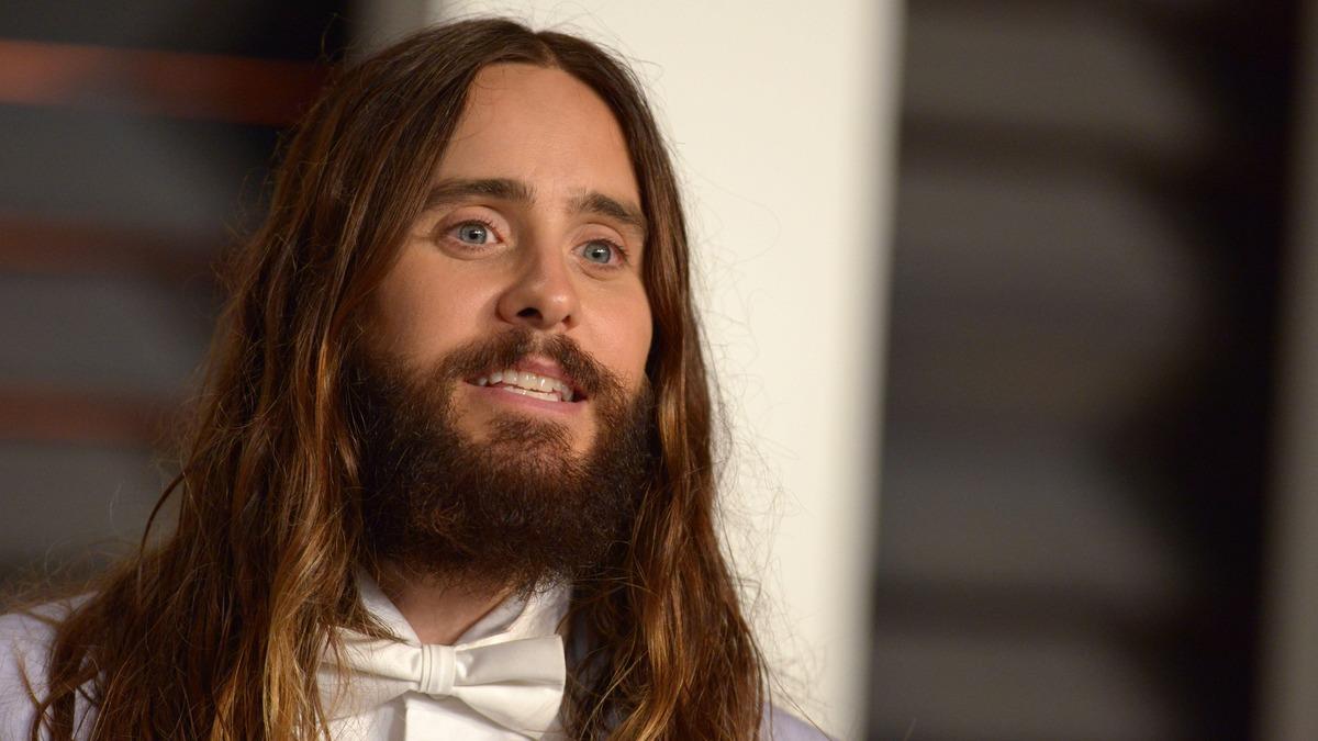«Похож на юнца»: Джаред Лето пожертвовал бородой ради съемок и стал неузнаваем