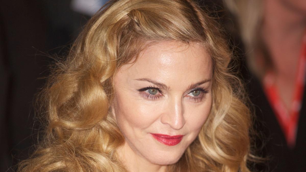 «Это кукла Кен»: Мадонну раскритиковали за «беспощадный» фотошоп