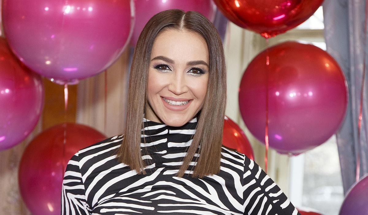 «Сложно спрятать потрясающий вокал»: Ольга Бузова оказалась Розовой пантерой в «Маске»