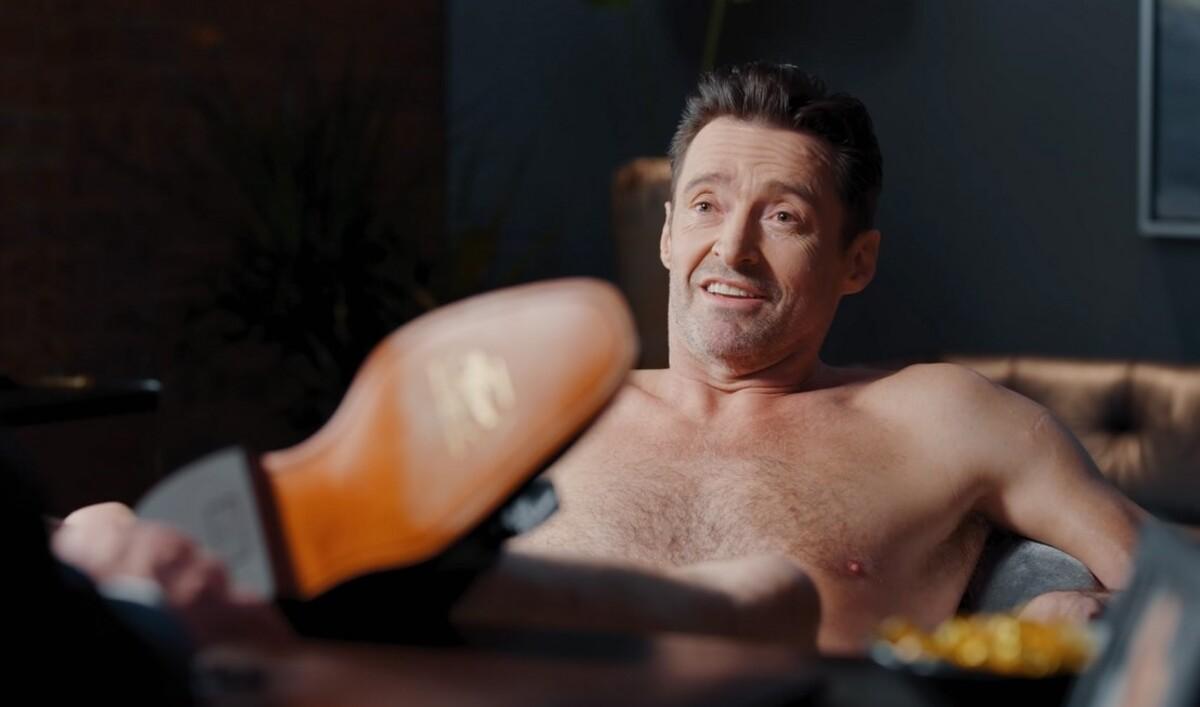 Райан Рейнольдс не удержался от троллинга голого Хью Джекмана в рекламе обуви