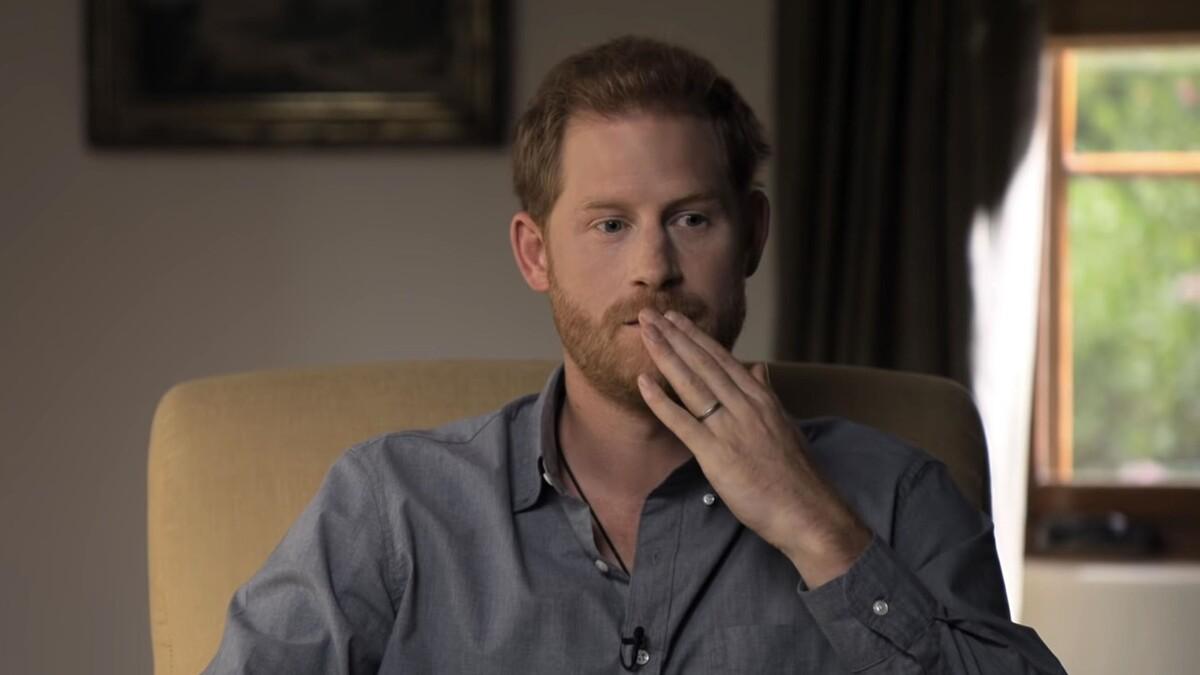 «Длинный язык»: как принц Гарри запугал королевскую семью