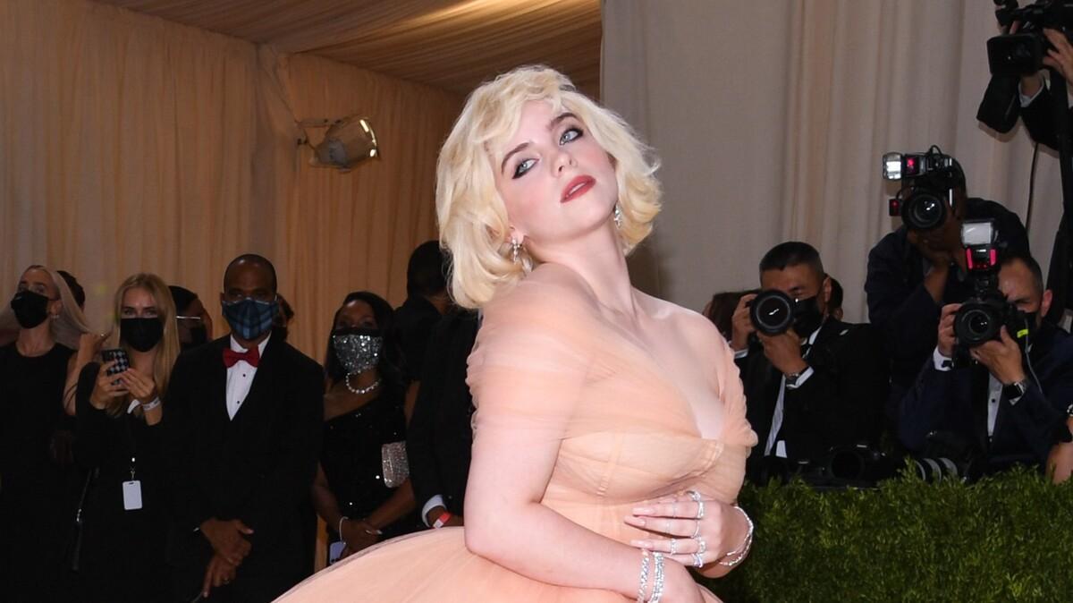 «Она пугает людей»: Билли Айлиш стала «жертвой» своей большой груди