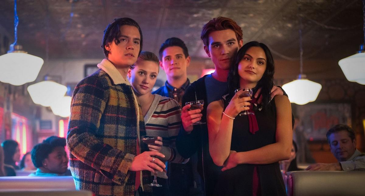 Бетти разрывается между Джагхедом и Арчи в трейлере пятого сезона «Ривердейла»