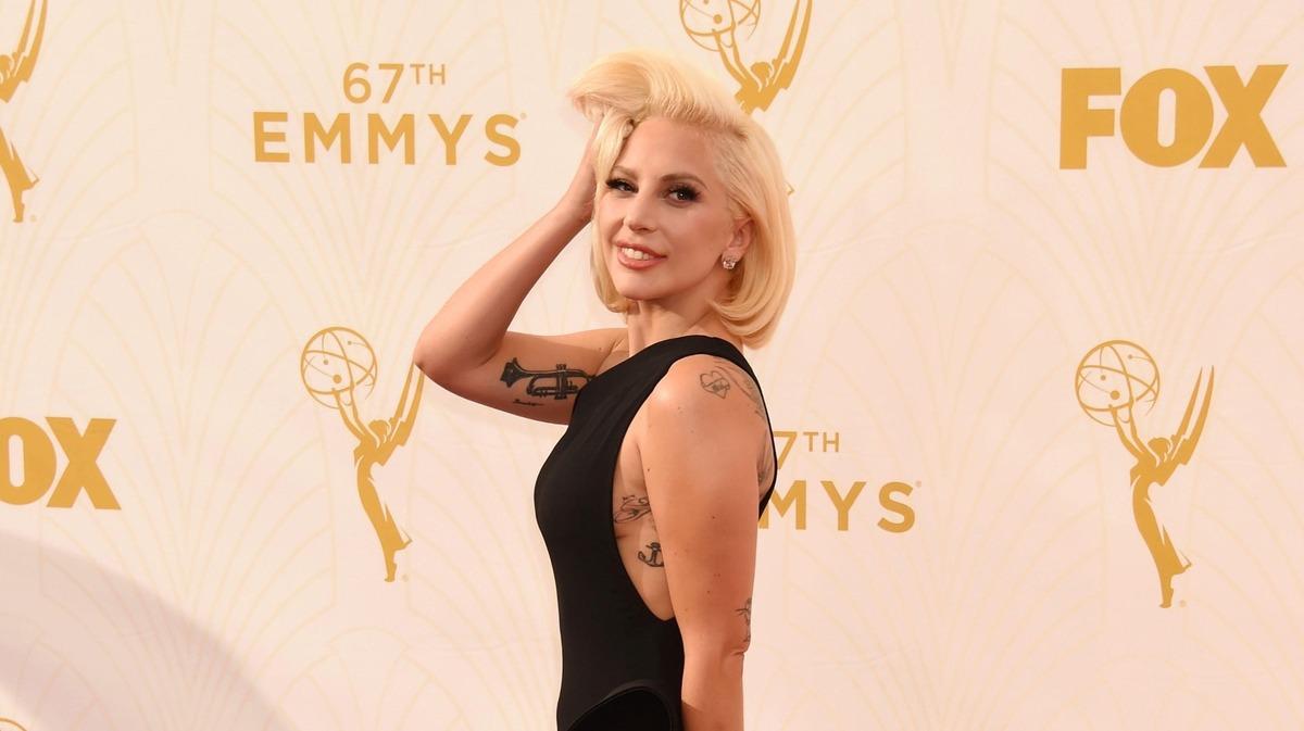 Голая и счастливая: Леди Гага без макияжа пошла вразнос