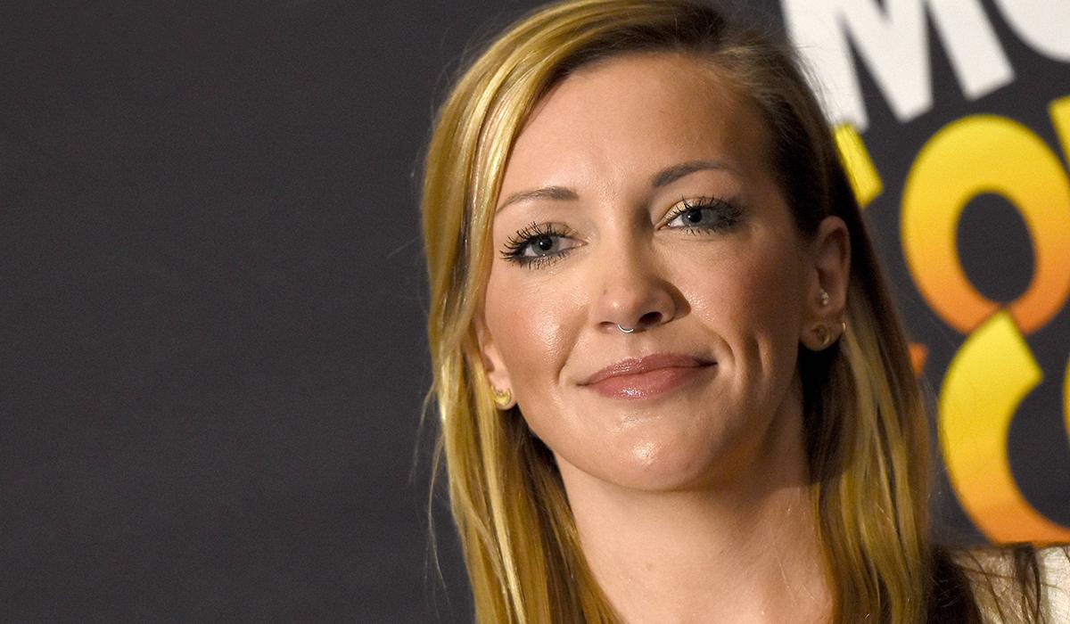 Звезда «Стрелы» Кэти Кэссиди завершила развод с Мэттью Роджерсом