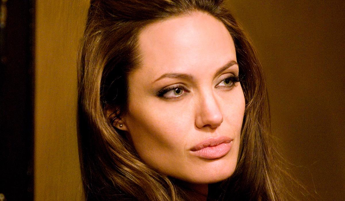 Фото: дочери Анджелины Джоли потребовались костыли