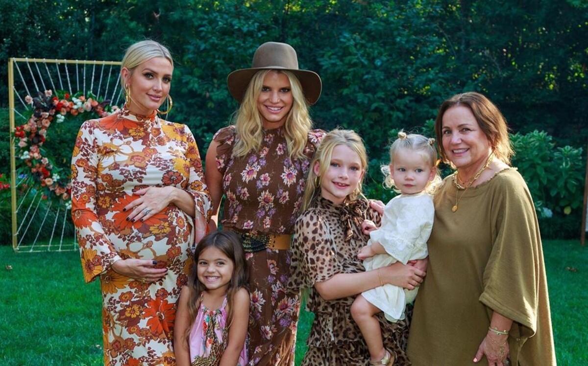 Эшли Симпсон отпраздновала скорое рождение третьего ребенка с сестрой Джессикой