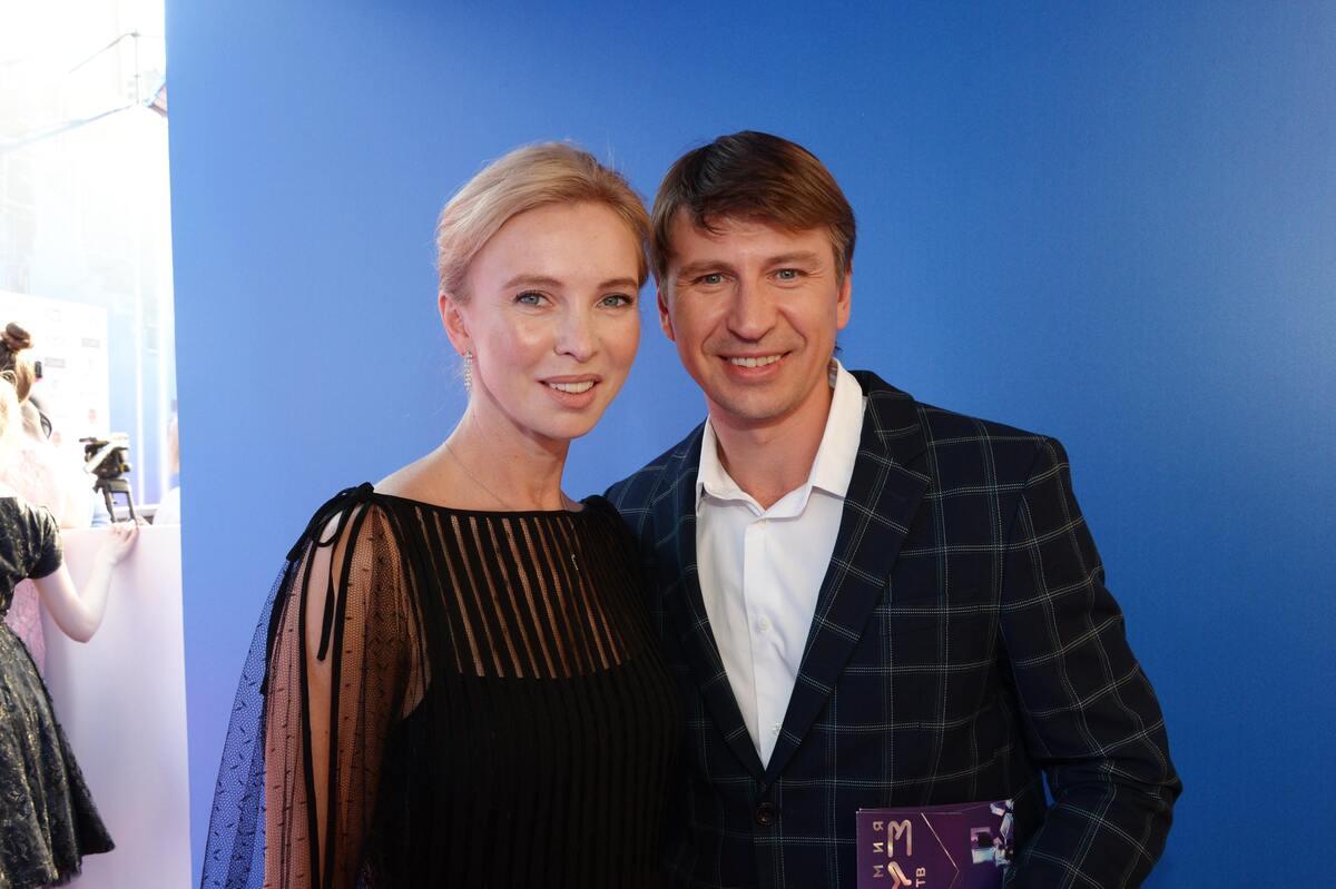 «Семейка Аддамс»: Алексей Ягудин повеселил фанатов семейным фото с черным лицом