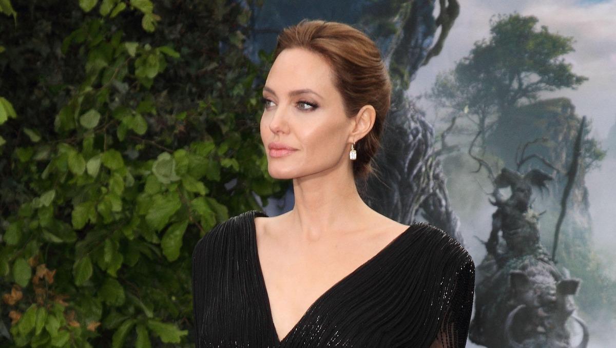 «Слишком горячо»: разведенная Джоли прошлась по улице без нижнего белья