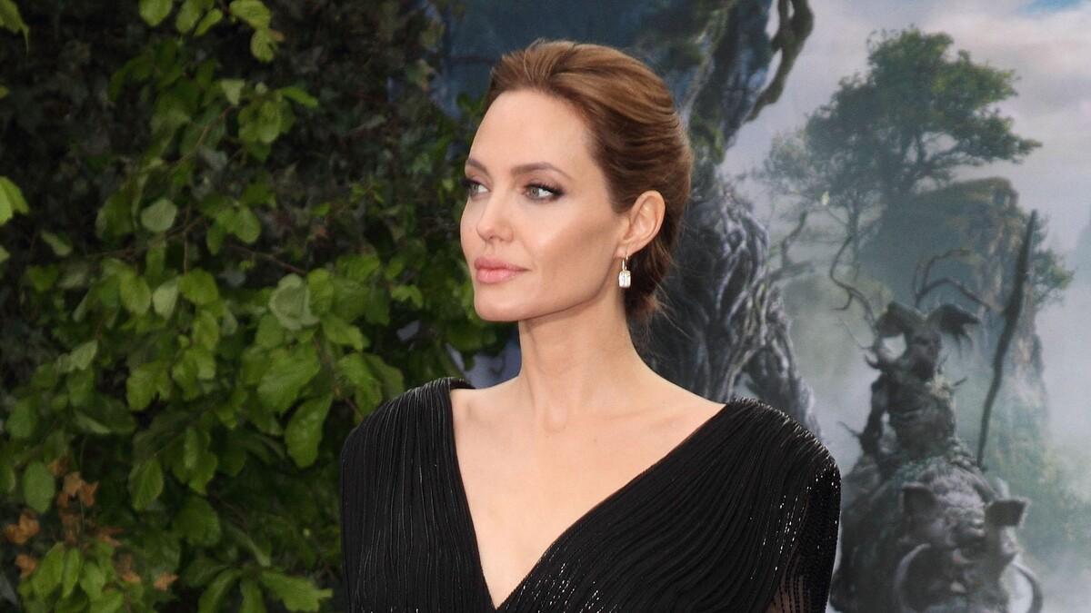 Коварный ветер: Джоли неожиданно порадовала папарацци