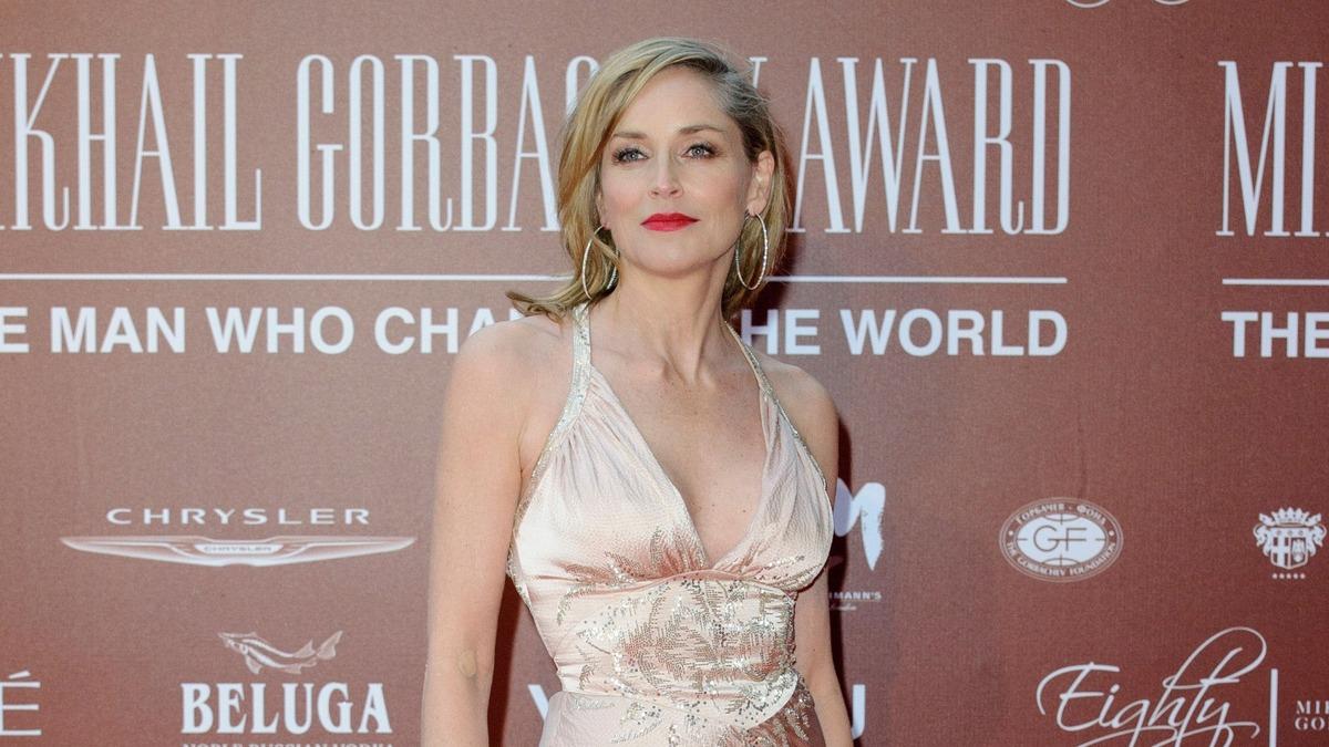 «Седина в голову, бес в ребро»: Шерон Стоун критикуют за роман с юнцом