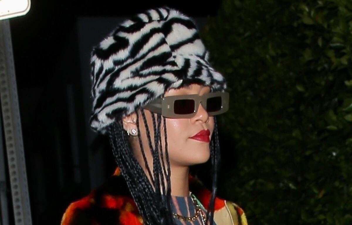 Фото: Рианна блеснула экстравагантным нарядом на прогулке в Санта-Монике