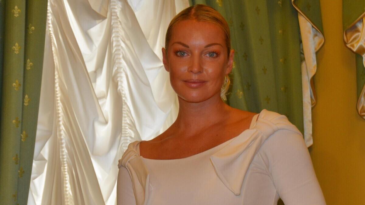 «У кого длиннее»: Волочкова шокировала подписчиков, раздвинув ноги на коне
