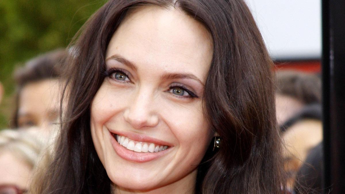«Не для слабонервных»: видео с Джоли и живыми пчелами ввергло фанатов в ступор