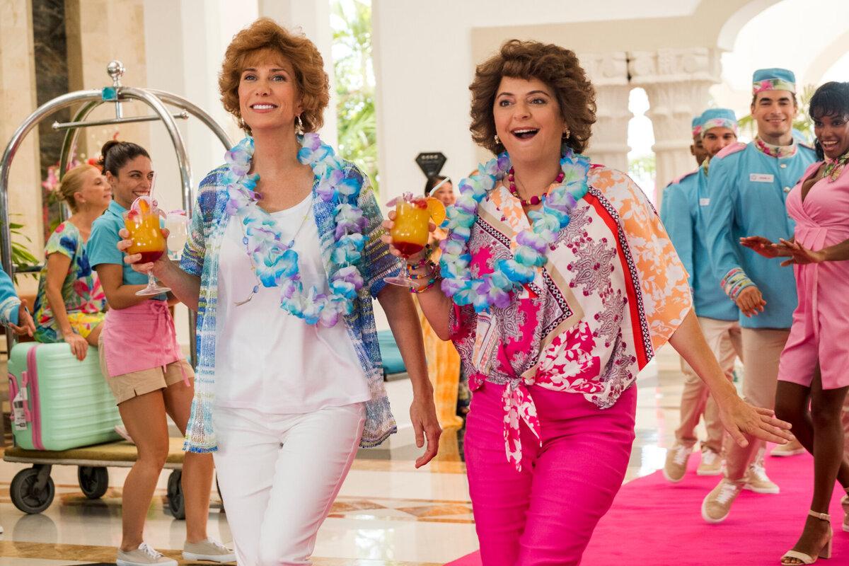 Кристен Уиг и Энни Мумоло безудержно смеются в неудачных дублях «Барб и Звезда едут в Виста дель Мар»