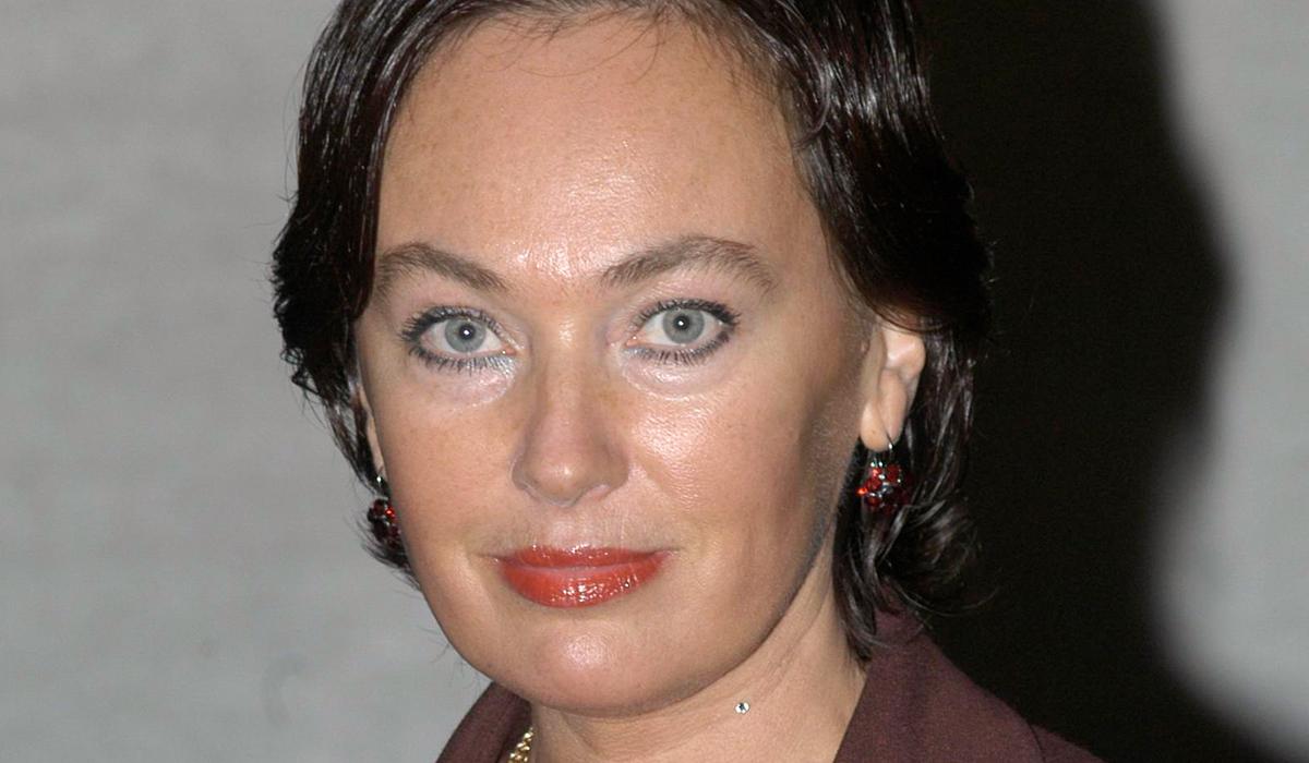 «На колени перед царицей!»: в сети обсуждают фото Ларисы Гузеевой с подчиненными