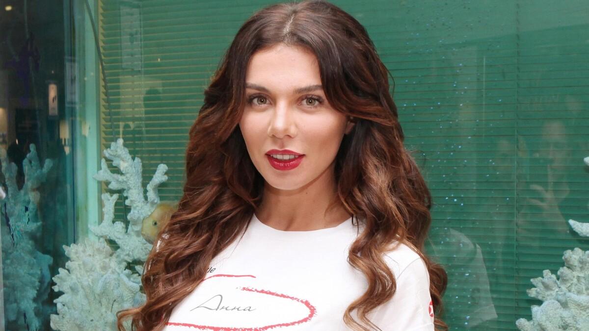 «Уже развелась?»: Седокова оголила прелести на публике