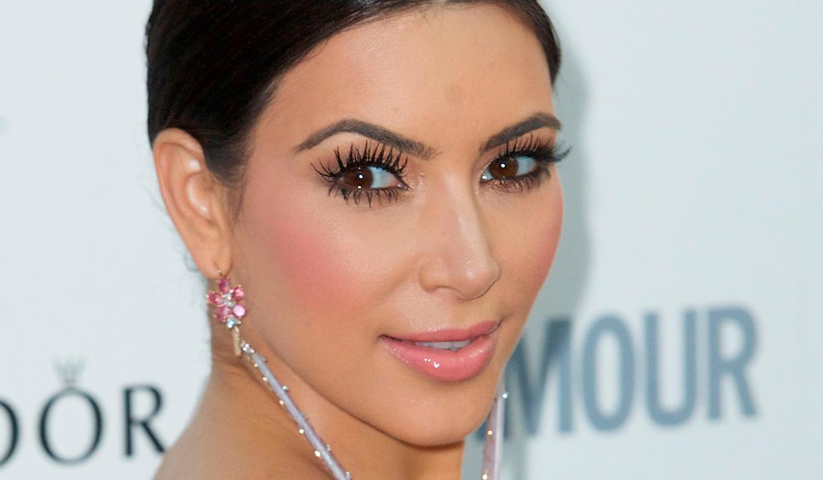 На фоне развода: счастливую Ким Кардашьян запечатлели на прогулке