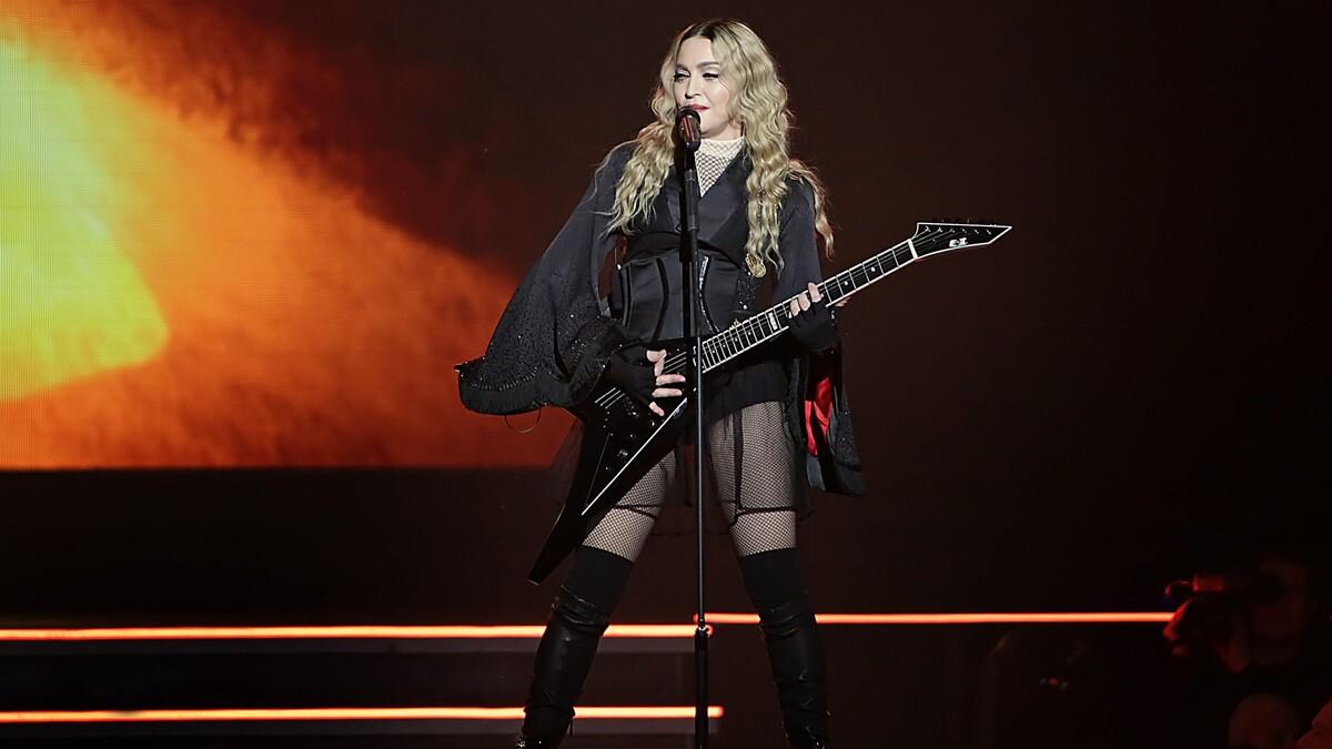 «Бабуля окончательно сошла с ума»: «голая» фотосессия Мадонны привела фанатов в ужас