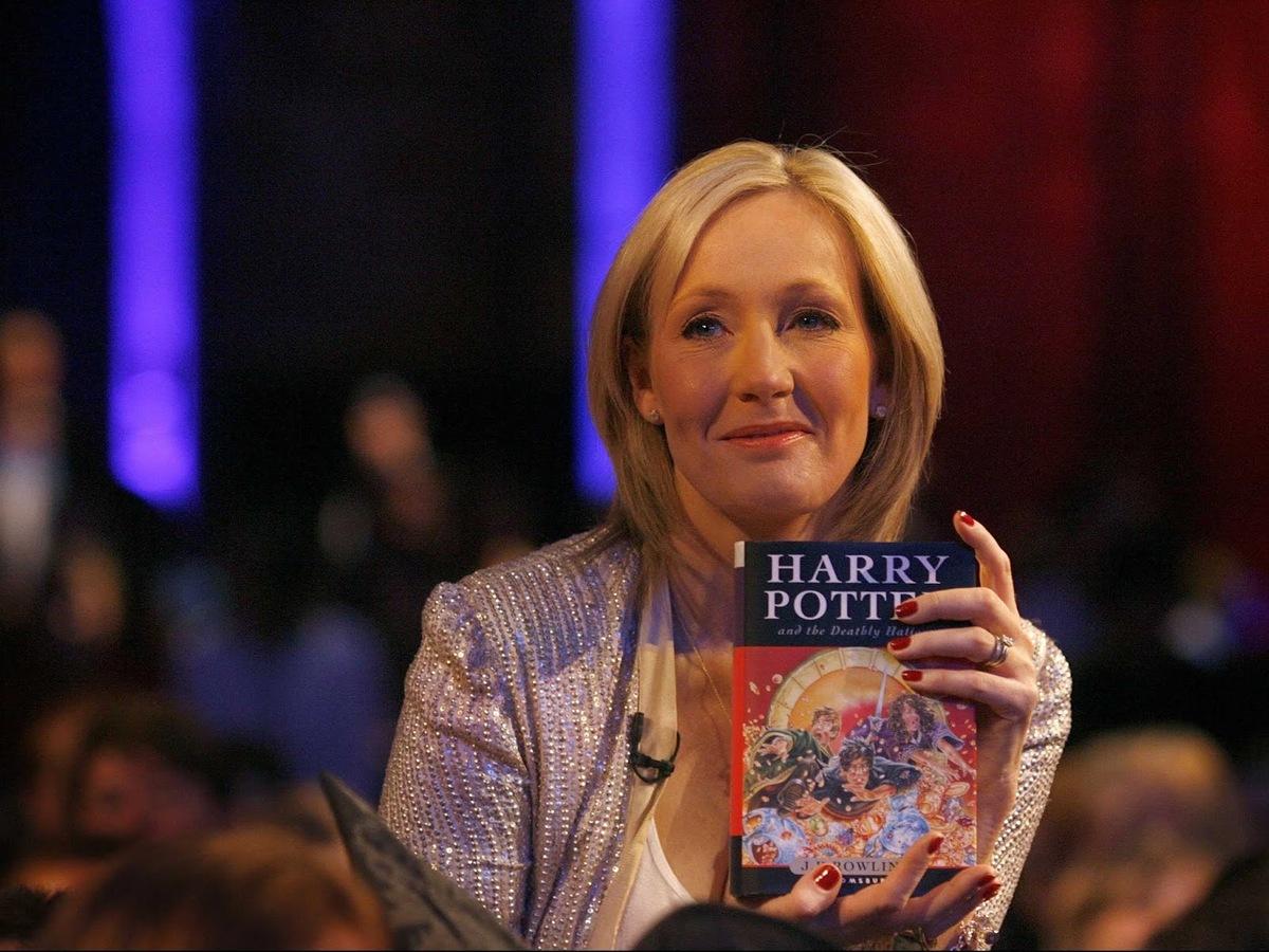 Всему виной «менструирующие люди»: писатели выразили презрение к автору «Гарри Поттера»