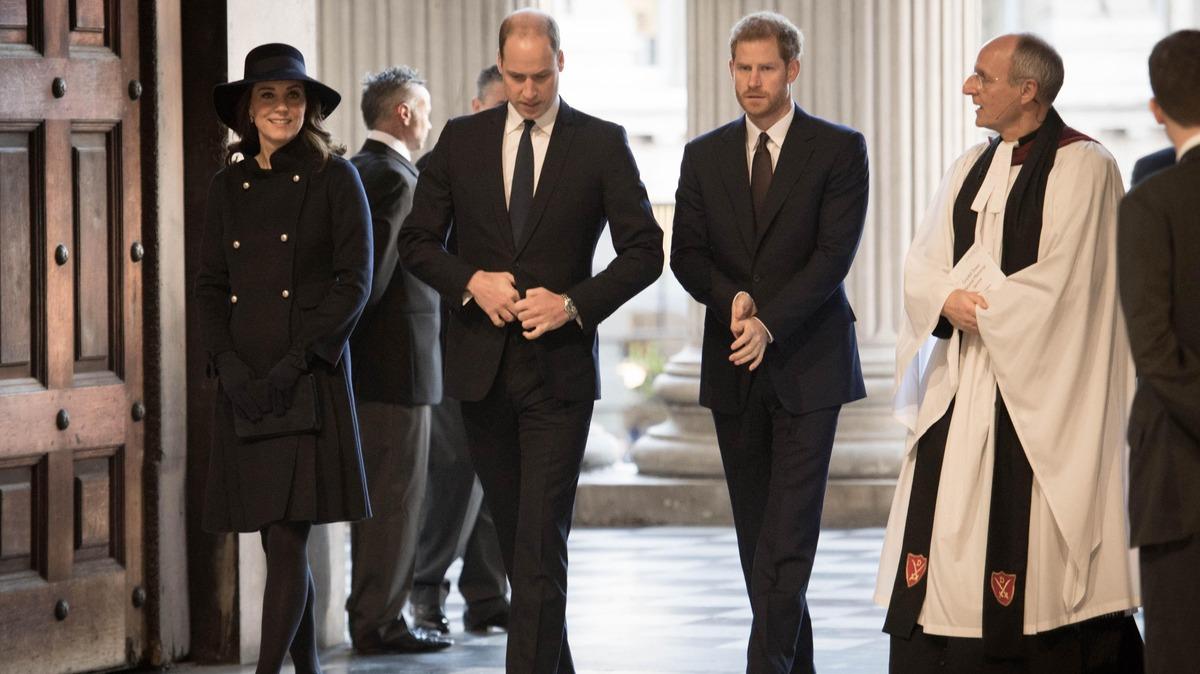 «Вцепились друг другу в глотки на похоронах»: примирение Гарри и Уильяма невозможно