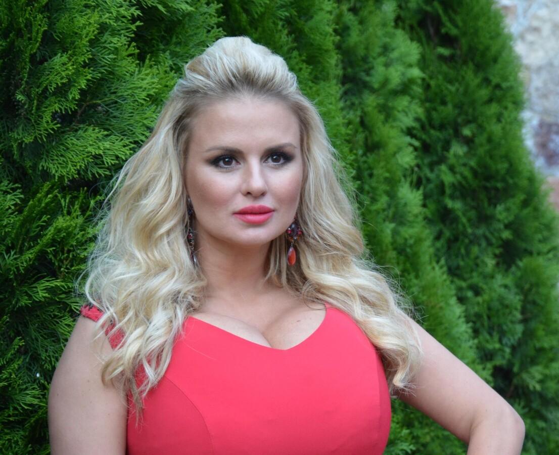 «Взгляд довольного хомяка»: в сети не одобрили глубокое декольте Анны Семенович