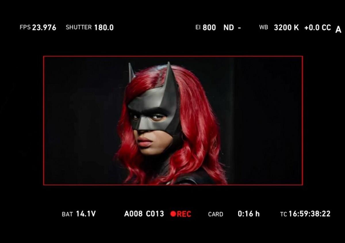 Замена Руби Роуз: Джависия Лесли в костюме Бэтвумен на съемках 2 сезона