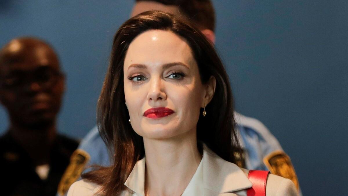 «Эти ножки не для скуки»: «сбежавшая» из больницы Джоли подразнила Сеть
