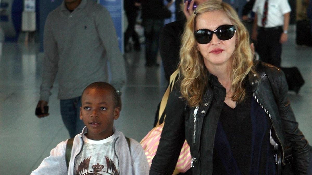 «Был мальчик, а теперь девочка»: 15-летний сын Мадонны затмил моделей своим дефиле в шелковом платье