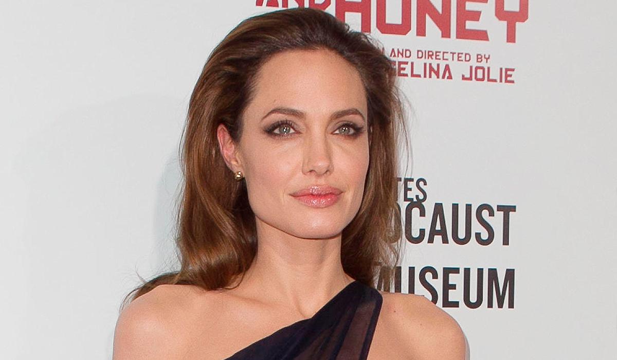 Крепкие отношения: Анджелину Джоли запечатлели на прогулке с дочерью