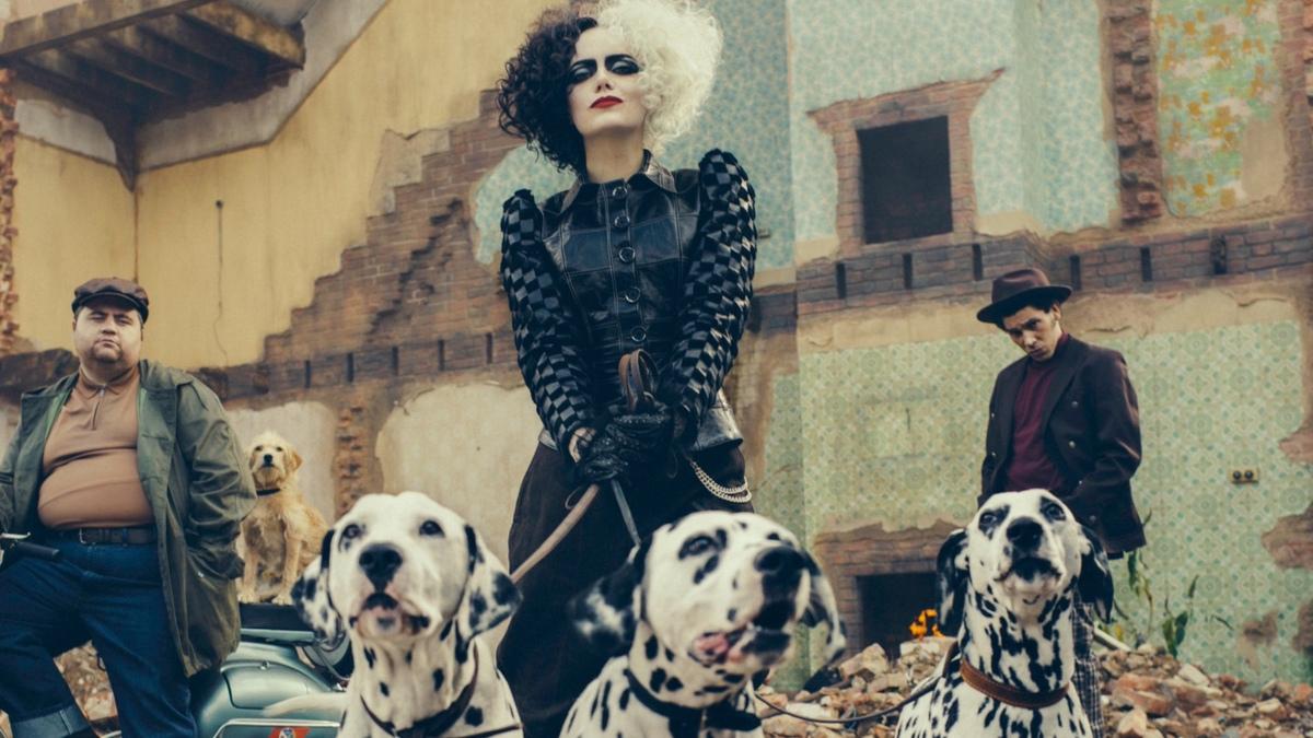 «Это запрещено в 2021-м году»: Эмма Стоун рассказала, что ей мешало вжиться в роль Круэллы