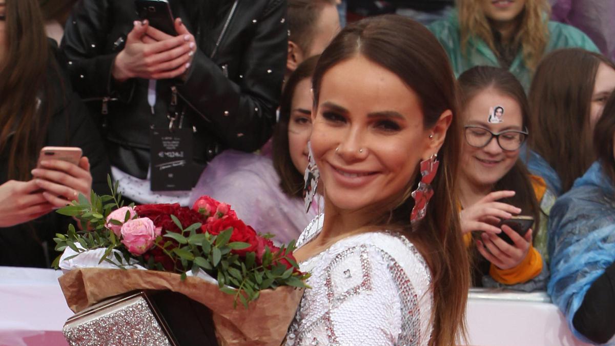 «Больше не хочу любви»: Айза Долматова выложила фото топлес