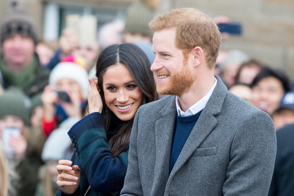 «Им стыдно?»: британцы гадают, почему принц Гарри и Меган Маркл прячут лицо сына