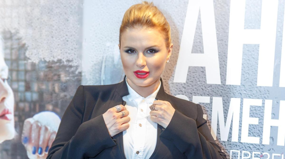«Грудь натуральная!»: Семенович в бикини предъявила «пышные» доказательства