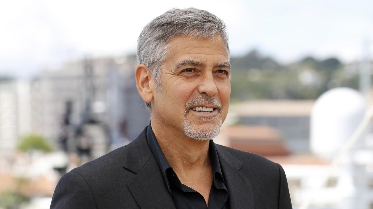 Очень горяча: Амаль Клуни подразнила пикантным декольте на свидании с мужем