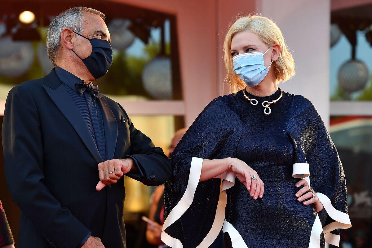 Кейт Бланшетт вышла в маске на красную дорожку Венецианского кинофестиваля