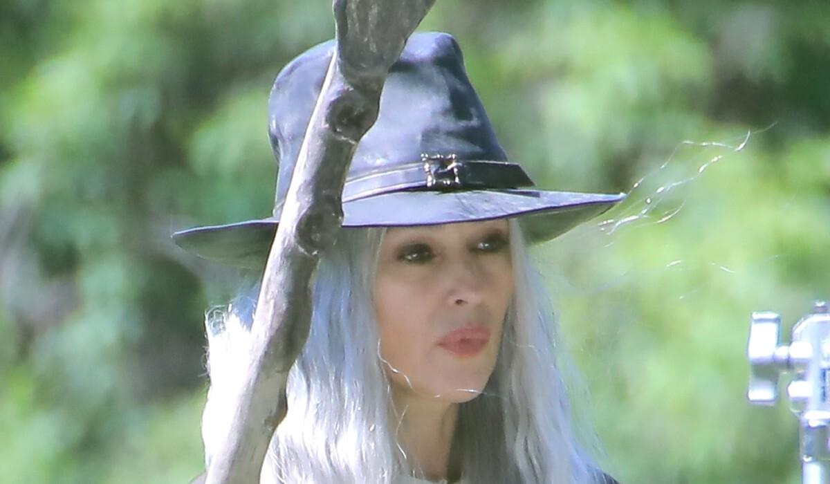 Ведьма: неузнаваемую Монику Беллуччи застали на съемках фильма