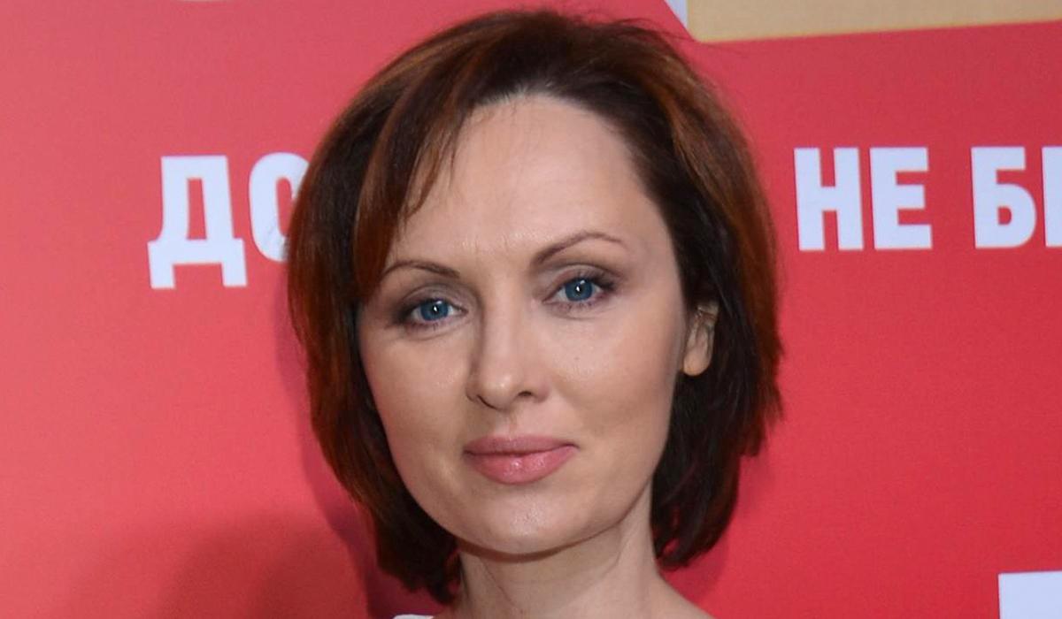 «Очаровательные конопушки!»: 47-летняя Елена Ксенофонтова поразила подписчиков фото без макияжа